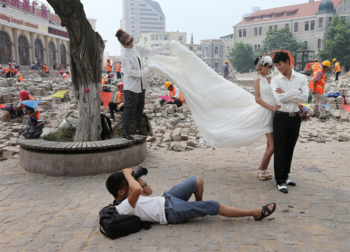 crazy wedding photography behind-the-scenes-photography 25